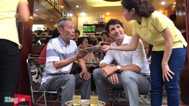 Thủ tướng Trudeau ngồi cà phê vỉa hè Sài Gòn - ảnh 3