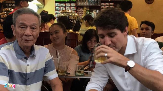Thủ tướng Trudeau ngồi cà phê vỉa hè Sài Gòn - ảnh 2