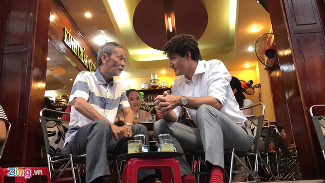Thủ tướng Trudeau ngồi cà phê vỉa hè Sài Gòn - ảnh 1