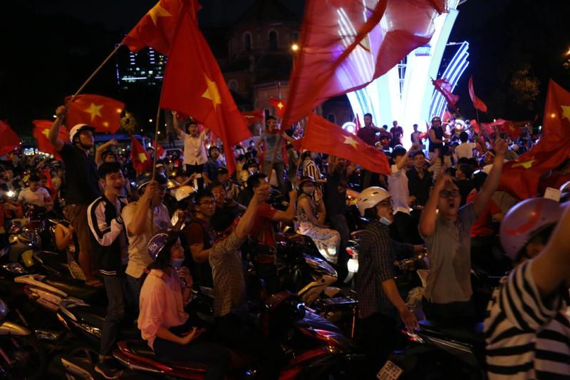 Cả nước ra đường ăn mừng chiến thắng của U23 Việt Nam  - ảnh 4