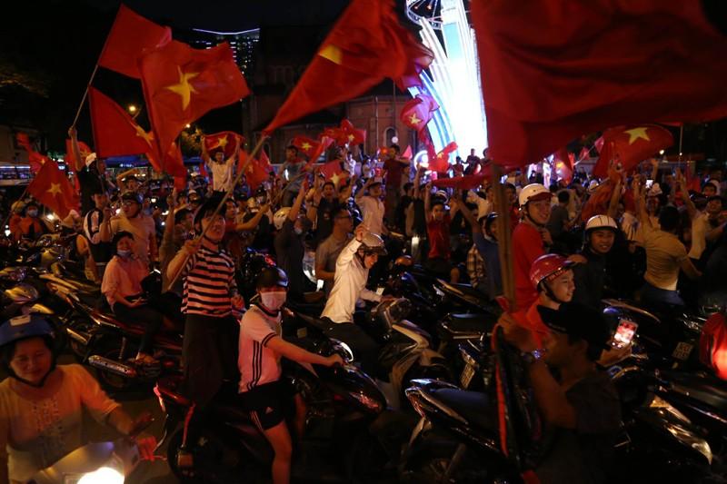 Cả nước ra đường ăn mừng chiến thắng của U23 Việt Nam  - ảnh 5