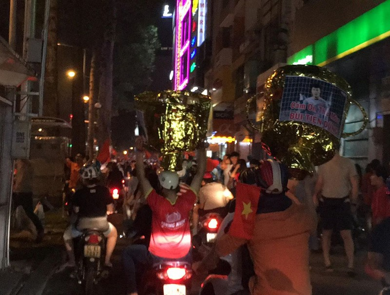 Cả nước ra đường ăn mừng chiến thắng của U23 Việt Nam  - ảnh 7