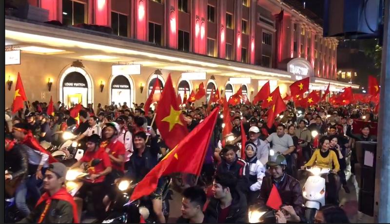 Cả nước ra đường ăn mừng chiến thắng của U23 Việt Nam  - ảnh 8