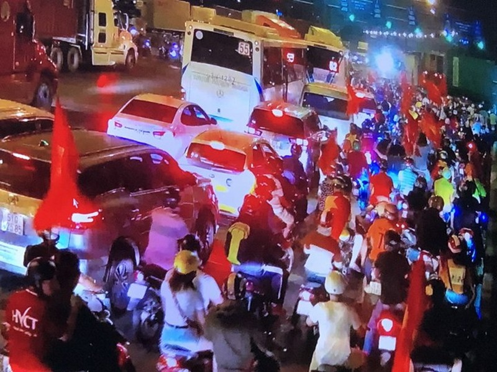 Cả nước ra đường ăn mừng chiến thắng của U23 Việt Nam  - ảnh 6