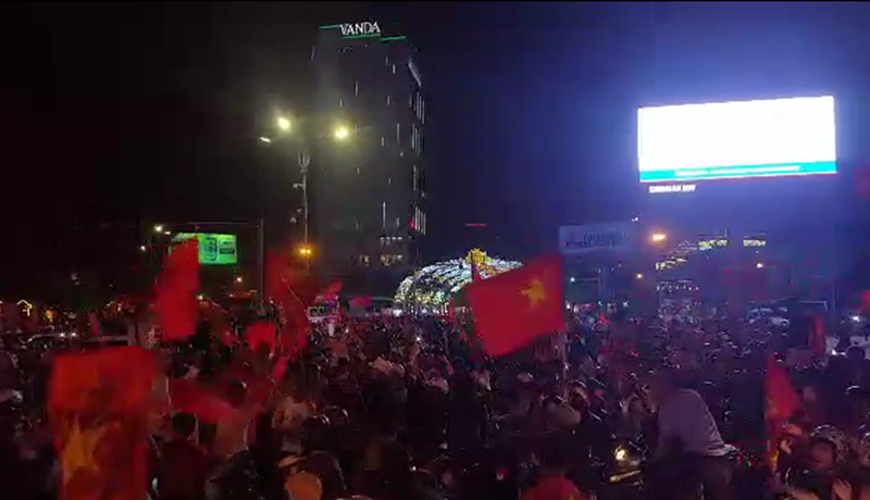 Cả nước ra đường ăn mừng chiến thắng của U23 Việt Nam  - ảnh 9