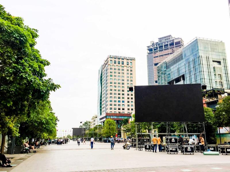 Lắp đặt xong 10 màn hình 'khủng' ở phố đi bộ Nguyễn Huệ - ảnh 1