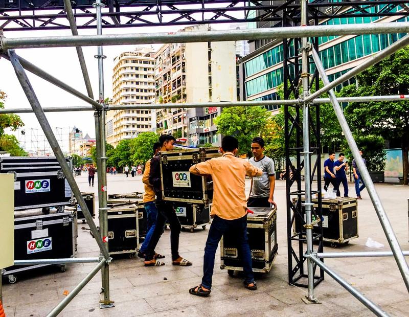 Lắp đặt xong 10 màn hình 'khủng' ở phố đi bộ Nguyễn Huệ - ảnh 3