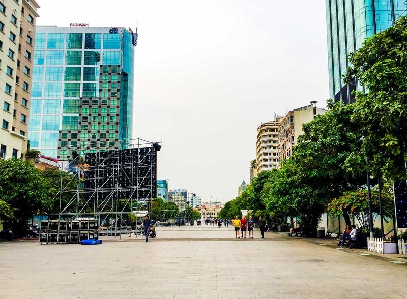 Lắp đặt xong 10 màn hình 'khủng' ở phố đi bộ Nguyễn Huệ - ảnh 2