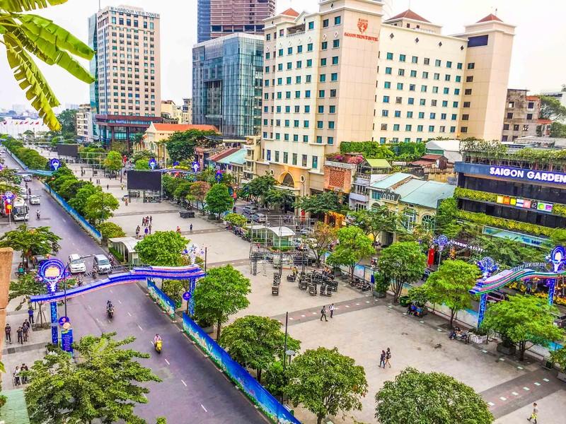 Lắp đặt xong 10 màn hình 'khủng' ở phố đi bộ Nguyễn Huệ - ảnh 4
