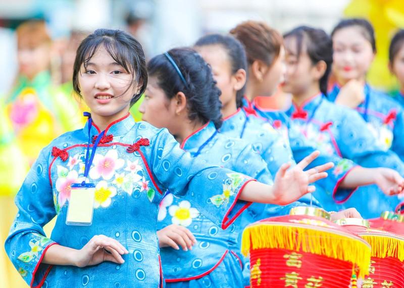 Phố người Hoa đông nghịt người trong Tết nguyên tiêu - ảnh 11