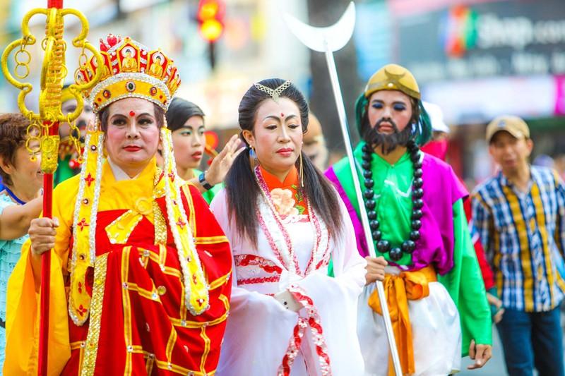 Phố người Hoa đông nghịt người trong Tết nguyên tiêu - ảnh 5