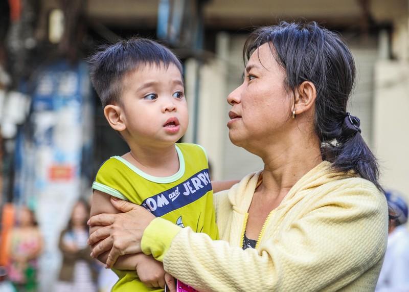 Phố người Hoa đông nghịt người trong Tết nguyên tiêu - ảnh 9
