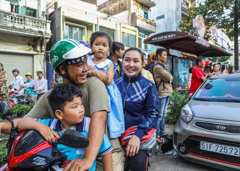 Phố người Hoa đông nghịt người trong Tết nguyên tiêu - ảnh 10