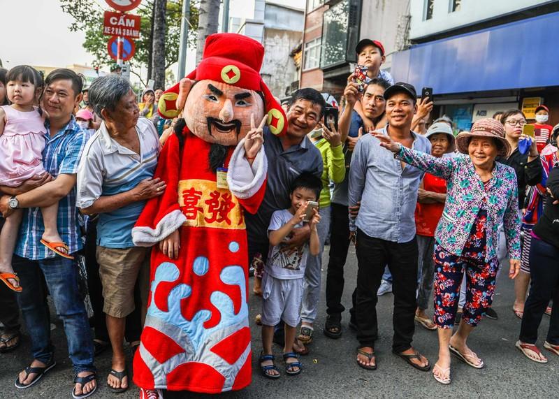 Phố người Hoa đông nghịt người trong Tết nguyên tiêu - ảnh 13