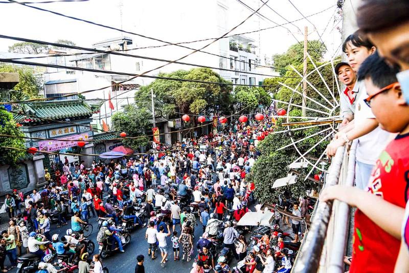 Phố người Hoa đông nghịt người trong Tết nguyên tiêu - ảnh 1