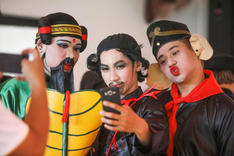 Phố người Hoa đông nghịt người trong Tết nguyên tiêu - ảnh 19