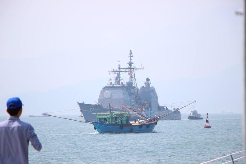 Tàu hộ tống của hải quân Mỹ đang tiến vào cảng Tiên Sa - ảnh 2