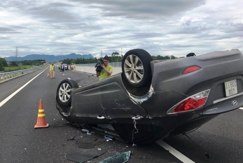 Thai phụ kêu cứu trong ô tô bị lật trên cao tốc - ảnh 1