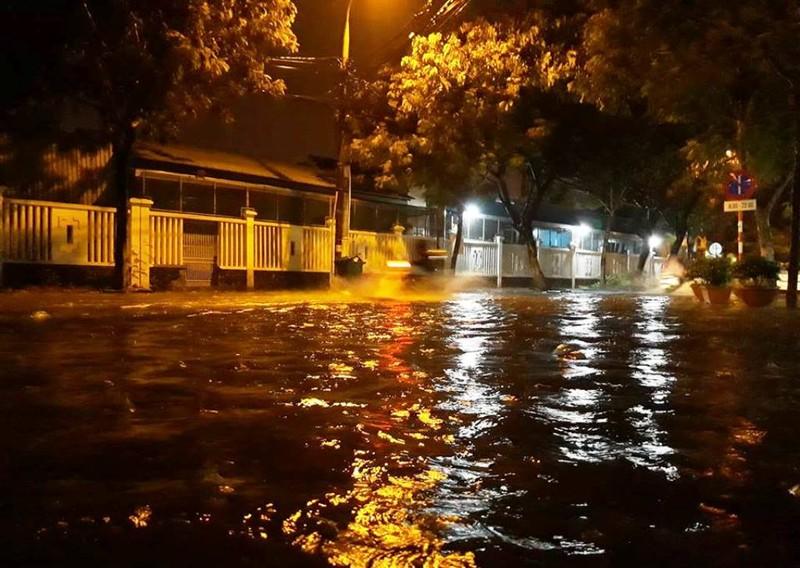 Hàng loạt tầng hầm khách sạn ngập nặng trong mưa ở Đà Nẵng - ảnh 1