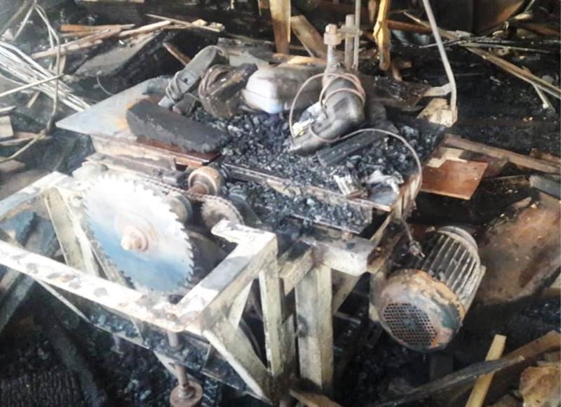 Xưởng gỗ bị thiêu rụi lúc rạng sáng - ảnh 2