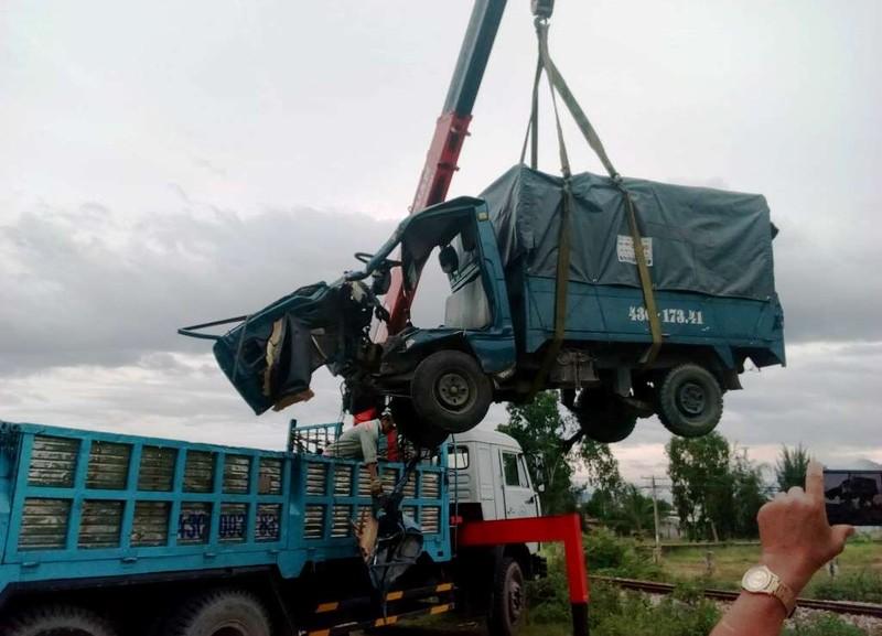 Tàu hỏa hất văng ô tô tải, 2 người đàn ông trọng thương - ảnh 1