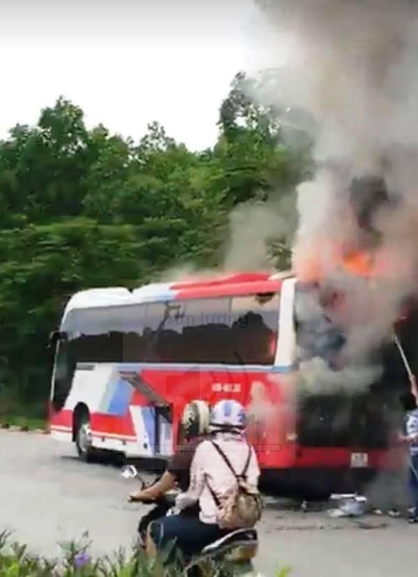 Xe du lịch bốc cháy, hàng chục người nước ngoài bung chạy - ảnh 1