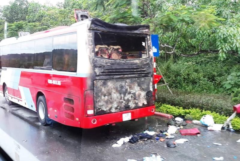 Xe du lịch bốc cháy, hàng chục người nước ngoài bung chạy - ảnh 2