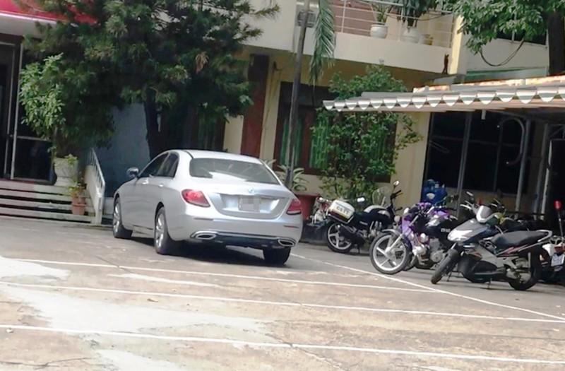 Cảnh sát chặn bắt cô gái lái Mercedes lạng lách trên đường - ảnh 2