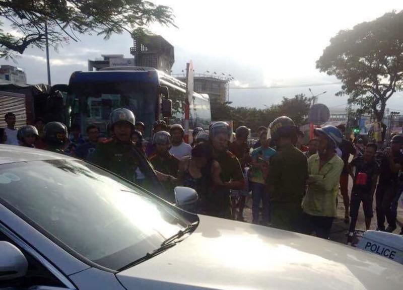 Cảnh sát chặn bắt cô gái lái Mercedes lạng lách trên đường - ảnh 1
