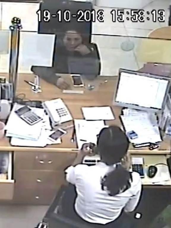 Truy tìm người phụ nữ 'cầm nhầm' iPhone trong ngân hàng - ảnh 1