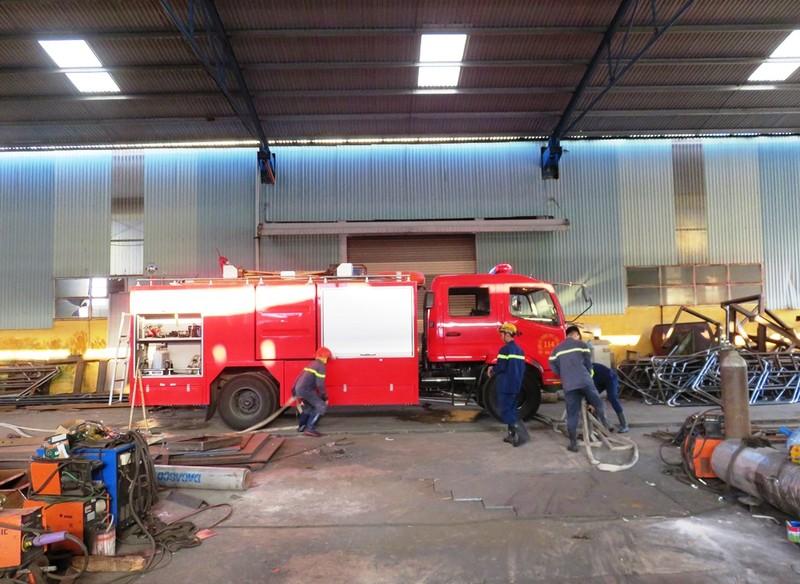 Cháy nhà máy sản xuất kết cấu thép, nhiều người tháo chạy - ảnh 1