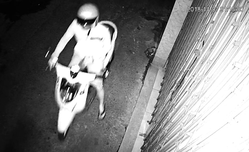 Camera ghi cảnh thanh niên tạt nhớt vào nhà người phụ nữ 2 con - ảnh 1
