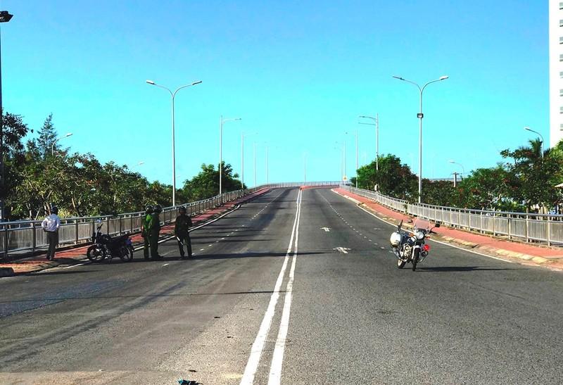 Thanh niên leo lên đỉnh cầu Thuận Phước để... ngủ - ảnh 3
