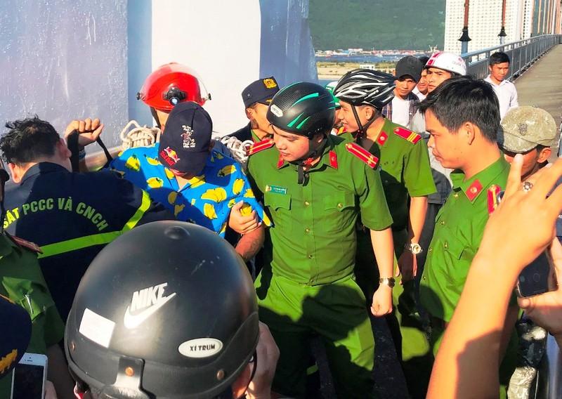 Thanh niên leo lên đỉnh cầu Thuận Phước để... ngủ - ảnh 2