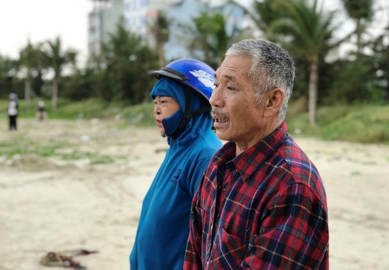 Tàu cá bị sóng lớn đánh đứt dây neo trên biển Đà Nẵng - ảnh 2