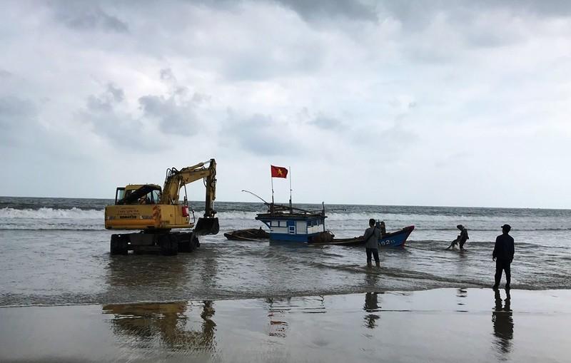 Tàu cá bị sóng lớn đánh đứt dây neo trên biển Đà Nẵng - ảnh 1