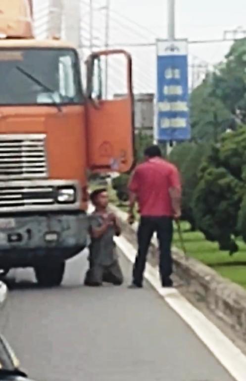 Bị dọa chém, tài xế container quỳ lạy giữa đường - ảnh 1
