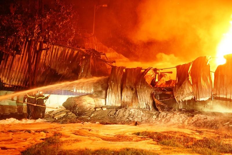 Kho sơn trong khu công nghiệp ở Đà Nẵng bốc cháy dữ dội - ảnh 2