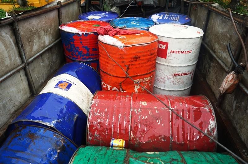 Xe tải chở 2.000 lít xăng dầu nghi trộm cắp trên đèo Hải Vân - ảnh 1