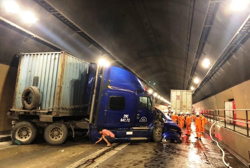2 xe container tông trong hầm Hải Vân, kẹt xe nhiều giờ liền - ảnh 1