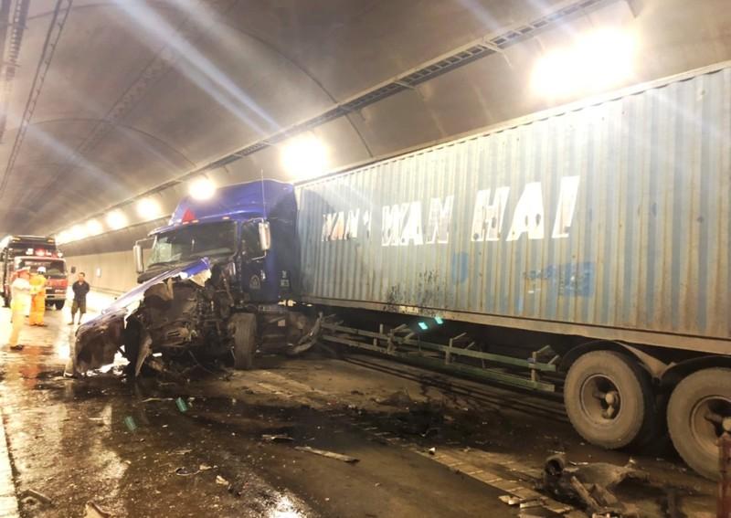 2 xe container tông trong hầm Hải Vân, kẹt xe nhiều giờ liền - ảnh 2