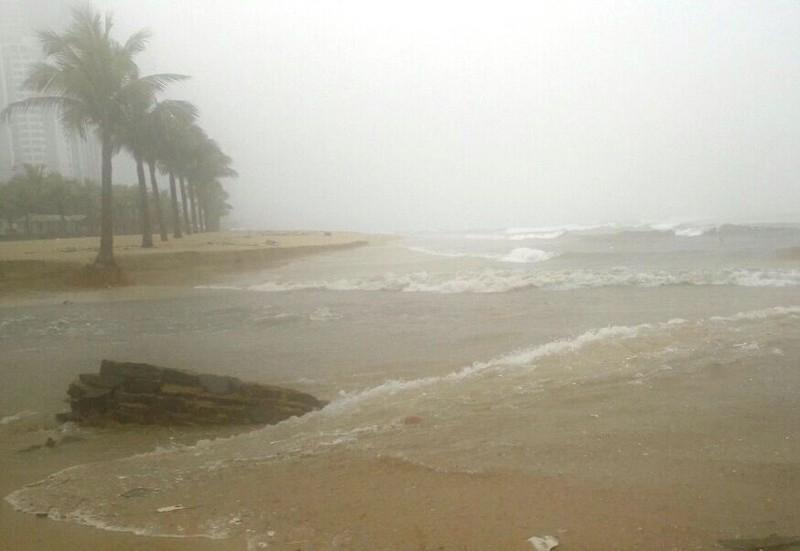 Bờ biển Đà Nẵng bị xé toạc, nước thải tràn ra biển - ảnh 3