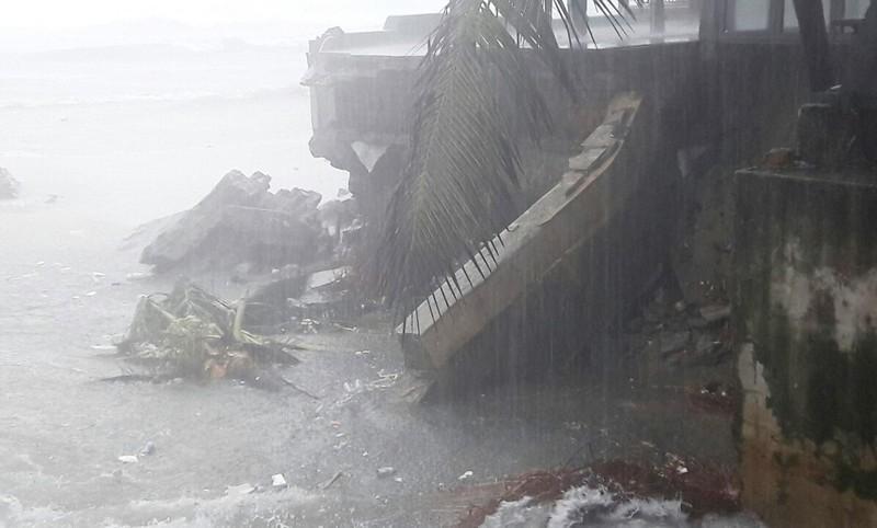 Bờ biển Đà Nẵng bị xé toạc, nước thải tràn ra biển - ảnh 1