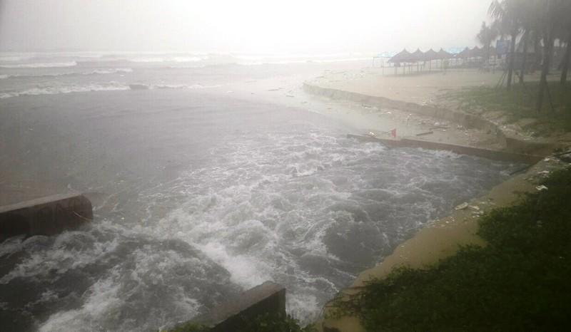 Bờ biển Đà Nẵng bị xé toạc, nước thải tràn ra biển - ảnh 5
