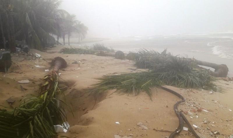 Bờ biển Đà Nẵng bị xé toạc, nước thải tràn ra biển - ảnh 2