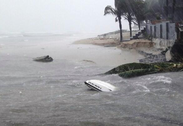 Bờ biển Đà Nẵng bị xé toạc, nước thải tràn ra biển - ảnh 4