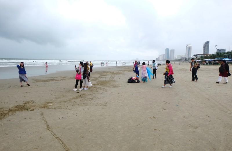 Sau mưa, rác tràn ngập bãi biển đẹp nhất hành tinh ở Đà Nẵng - ảnh 5