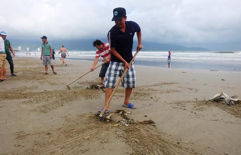 Sau mưa, rác tràn ngập bãi biển đẹp nhất hành tinh ở Đà Nẵng - ảnh 2