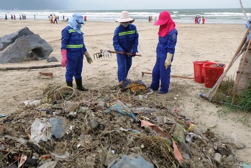 Sau mưa, rác tràn ngập bãi biển đẹp nhất hành tinh ở Đà Nẵng - ảnh 3