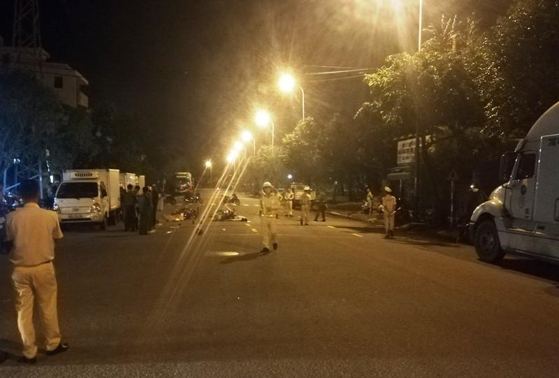 Xe máy đấu đầu trên đường Lê Nổ, 2 người tử vong trong đêm - ảnh 1